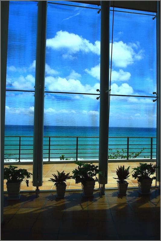 墾丁夏都沙灘酒店的大廳,這是從大廳照出去的場景