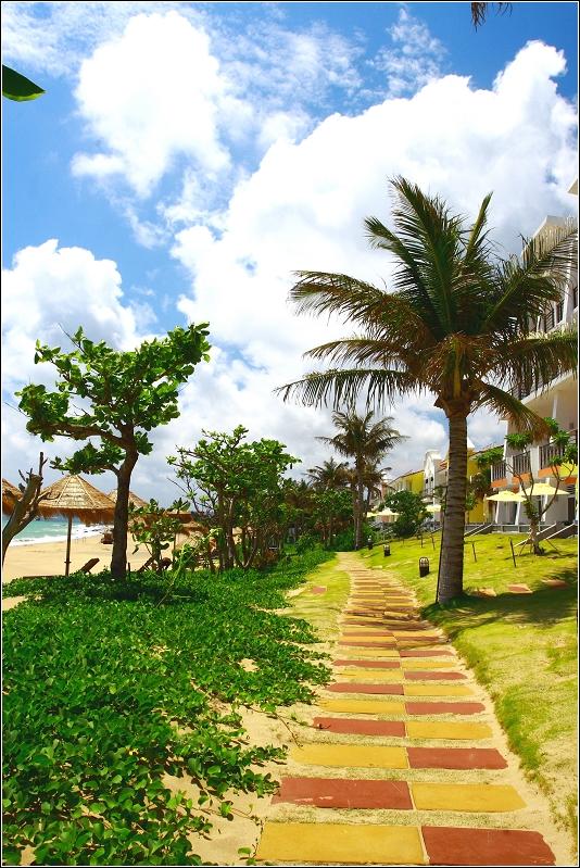 墾丁夏都沙灘酒店-飯店外的廊道,沿著這邊可以前往住宿地方...右邊一樓的房間較貴,但可直接從房間走到沙灘