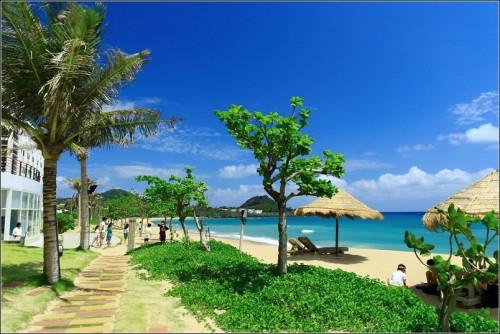 墾丁夏都沙灘酒店-右側是藍藍的天空、綠綠的海洋、慵懶的遮陽傘...