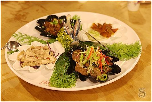 港都四喜拼盤,內有四種菜色,逆時針由左往右是醉雞、鴨翅、烏魚子、滷虎掌