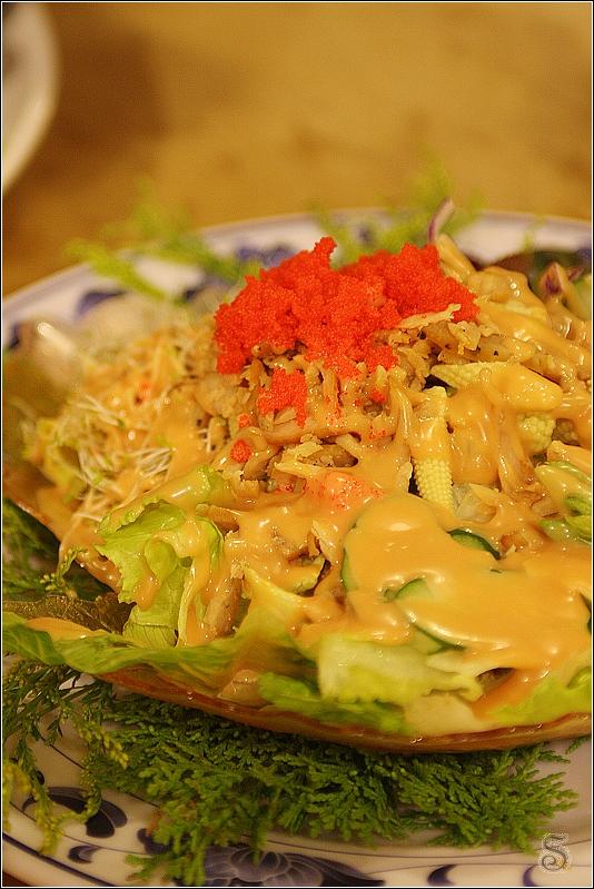 蔬食沙拉,上頭淋的是低脂千島醬