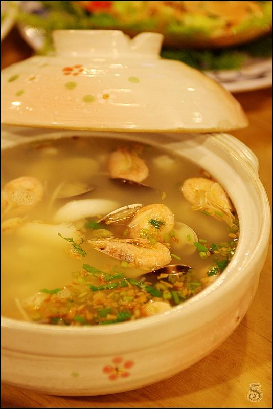 海鮮沙鍋堡,上頭是甜蝦和蒜酥,下方則是小捲等海鮮類