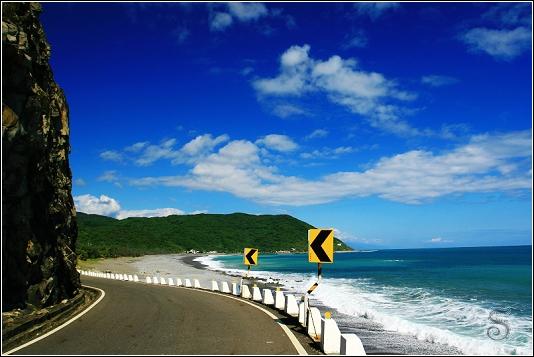 公路邊就是海岸線,藍天綠水很漂亮