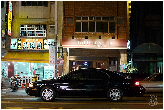 bottoms up餐廳,第一印象是酒吧,但實際上是酒吧+美式料理~
