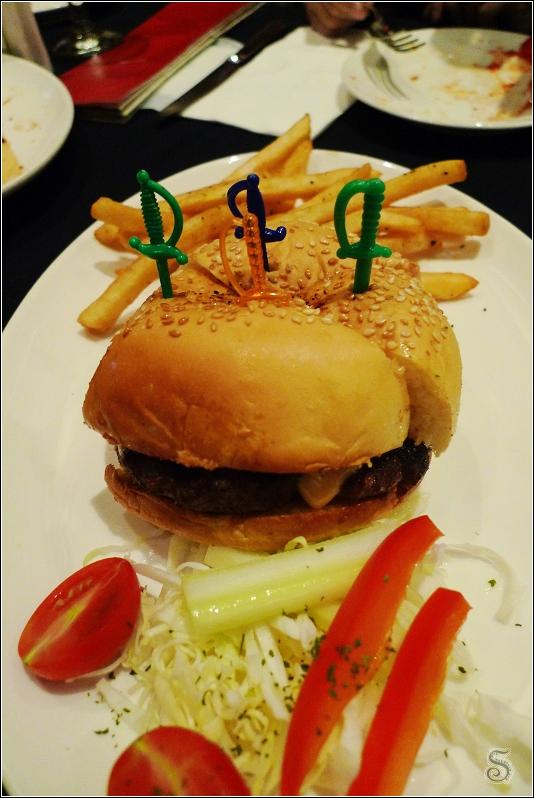 這是招牌漢堡,牛肉口味,很大一個喔! 上方是薯條,下方是生菜