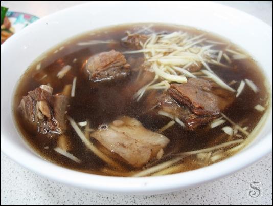 羊排骨湯,大塊羊排骨很軟,沾點豆瓣醬吃十分對味