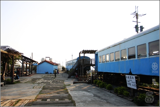 火車車廂有好幾台,右邊那二台是用餐的地方,路底還有幾台火車車廂是當作民宿使用