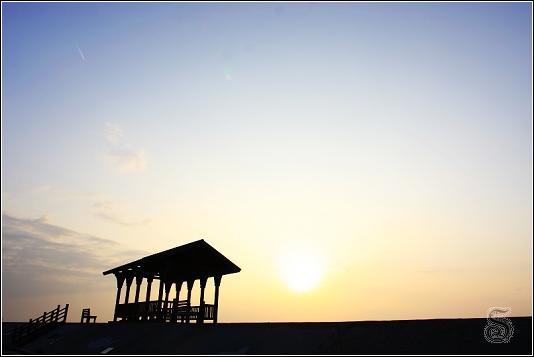 從石蓮園正門口照的...太陽公公準備回家,加上涼亭,落日餘光顯得寂寥