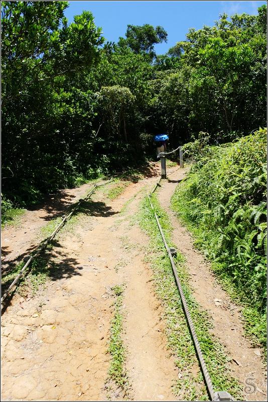 前往第一個涼亭中的道路,旁邊有繩索可以拉