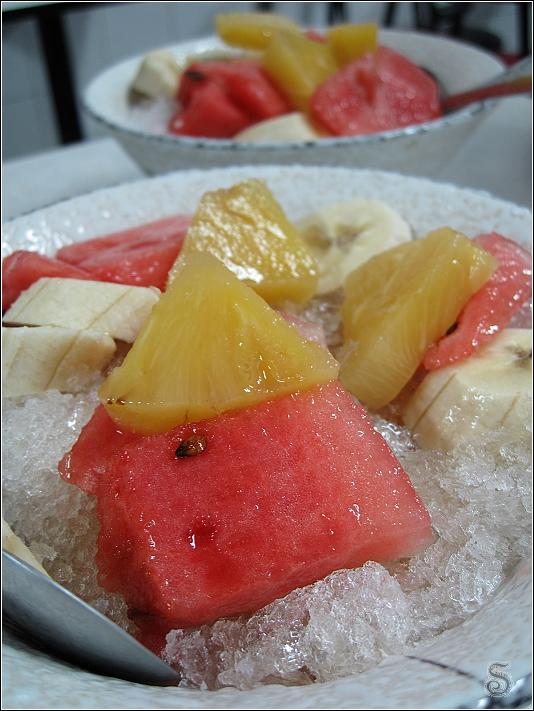 有鳳梨、西瓜、香蕉,底下則滿滿的冰