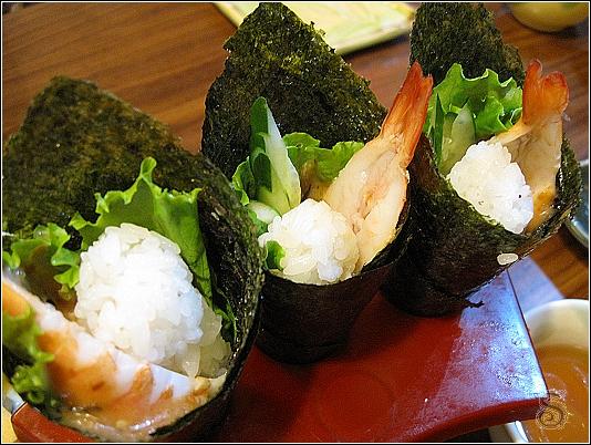 蝦手捲,裡頭有蝦子、黃瓜、生菜和飯