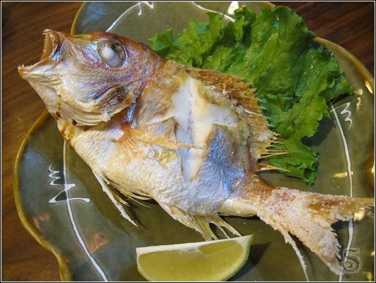 烤紅甘魚,這隻魚的表情好像很不甘心~~~