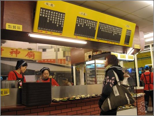上頭菜單,下方是點熱食的地方,右邊則是小菜區