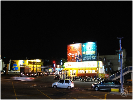 就是在這邊轉角,從這旁邊轉進去就是東海藝術街囉