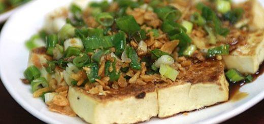 香煎豆腐,上頭是放蒜酥與蔥花