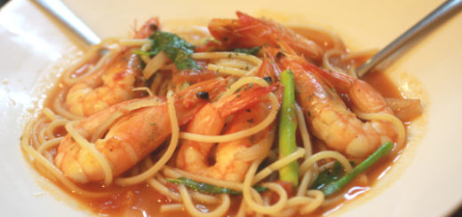 番茄海鮮義大利麵,裡頭的海鮮就是鮮蝦啦!原先以為會有章魚或其他海鮮物品,結果就只有大蝦幾隻....蝦子還算新鮮,湯汁一樣是較淡和湯湯水水,4若喜歡濃郁4紅醬口味的會吃不慣