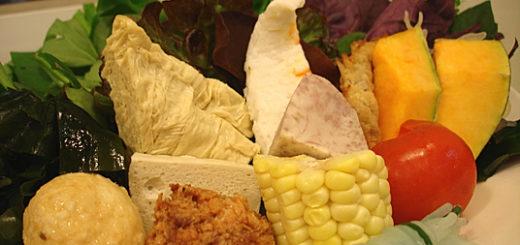 蔬菜盤,前方的東西就一般常見的料理,後方則是不太一樣的蔬菜