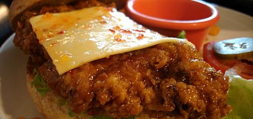 泰式酸辣起士雞腿堡,雞腿肉大塊,酸酸的醬汁還不錯吃,不過吃一半就滴的到處都是:P