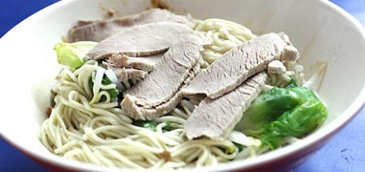 豬肉乾拌麵,麵是一般的乾麵那種,上頭擺幾塊豬肉片