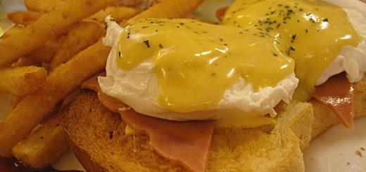 班尼迪蛋,上頭是荷蘭醬(很像蜂蜜芥末醬),底下是半熟蛋二顆(土司左右個一顆),下方則是火腿和丹麥土司。之前呆呆說的太濕的問題看起來有改善,荷蘭醬沒有加過多,底下的麵包並沒有糊掉。個人覺得這個好吃!