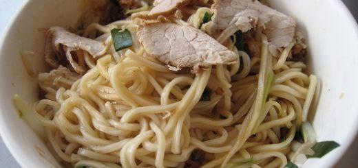乾麵,裏頭有蒜末、肉燥、肉片、豆芽菜等