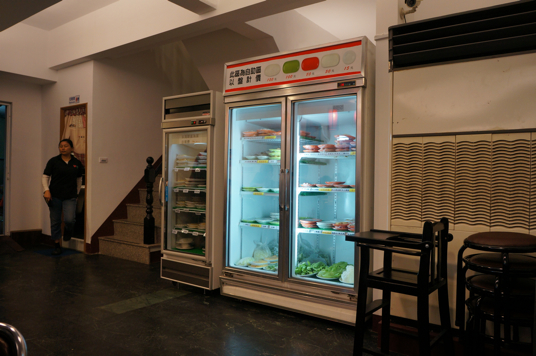 這邊冷藏櫃放火鍋料,包括菜盤、海鮮、餃類,種類不多,份量也沒很多...