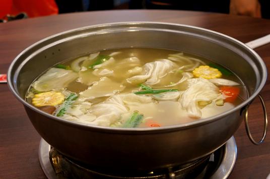 湯頭,這是初始給的鍋底,已經放入一些料理了