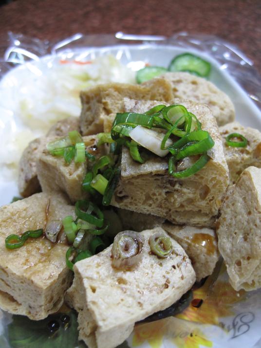 炸臭豆腐上來了,旁邊有泡菜與黃瓜拌著吃可去除油味..泡菜與黃瓜略淡...臭豆腐很酥脆,從外面脆到裡頭了...