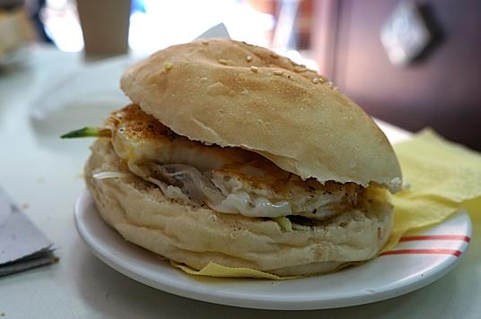 麥香雞堡,看起來沒有很大顆,外面的麵包皮有稍微烤過