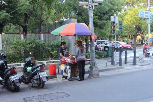 尚義街跟五福路交叉口,五福國中旁有個小推車,就是這邊在賣雞蛋糕...