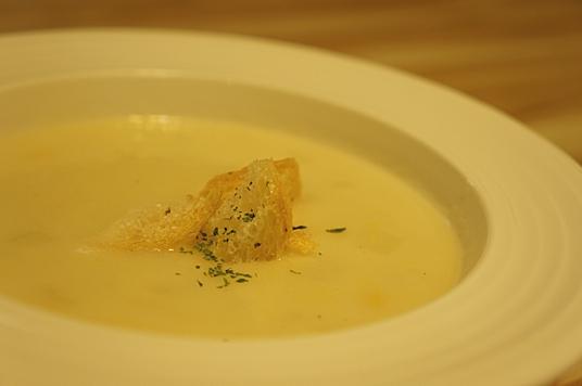 玉米濃湯,是義大利麵的附餐,採用馬鈴薯泥去熬煮,頗為好吃... (亂入一下,一吃到這馬鈴薯玉米濃湯,都會讓我想起小木屋的不堪往事...)