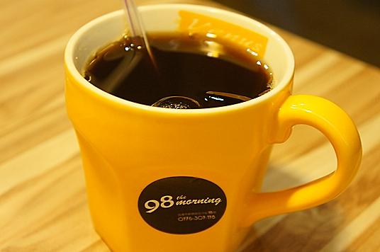 拼盤的附餐是紅茶,感覺是用茶葉泡出來的,頗濃但略甜