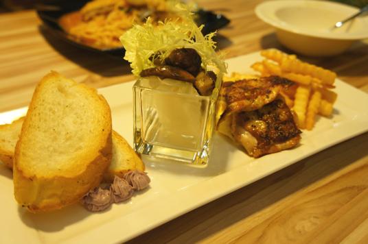 拼盤,拼了四種東西,包括佛卡夏麵包(烤得酥脆),野菇(普通),烤雞(好吃!),炒蛋和薯條...份量不多...
