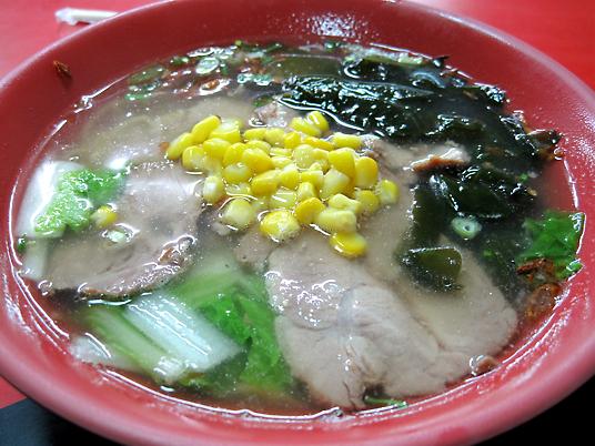 豚肉拉麵,湯頭清淡,帶著蘿蔔湯的甜味和油蔥酥的香味,一整個很在地的湯頭