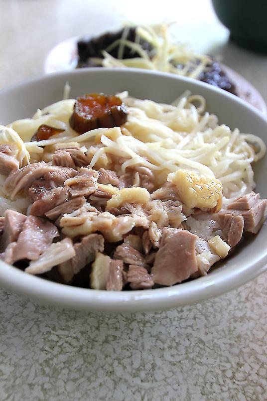 鴨肉飯,上頭有切脆的鴨肉塊,帶皮帶肉,吃起來沒有乾乾的感覺,還不錯吃!有淋上鴨油,不過吃起來不油膩...