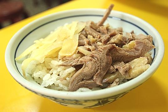 鴨肉飯,上頭的鴨肉是長條塊狀,吃起來不乾澀,也不會過硬..鴨油部分鹹度適中,只是這次吃的這碗淋上的湯汁略微不夠...