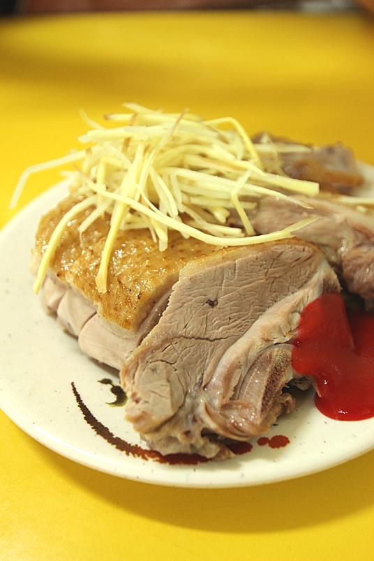 有煙燻跟鹽水二種鴨肉切片,這次我是選煙燻,煙燻味道淡淡的,肉片則是軟中帶Q,搭上鴨肉飯頗合適阿
