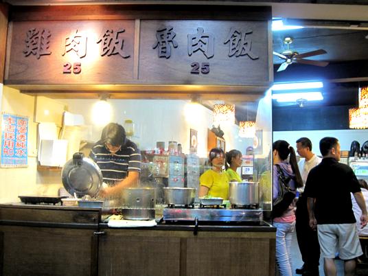 在這邊點餐,餐點會送到桌上,並給一個牌子寫價格