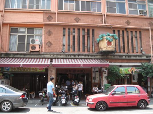 北斗街的郭家肉粽,很顯著的招牌就是門口那個木桶...後方有停車場可以停車,旁邊有夯一陣子的幽靈煎餃(宇都宮餃子)