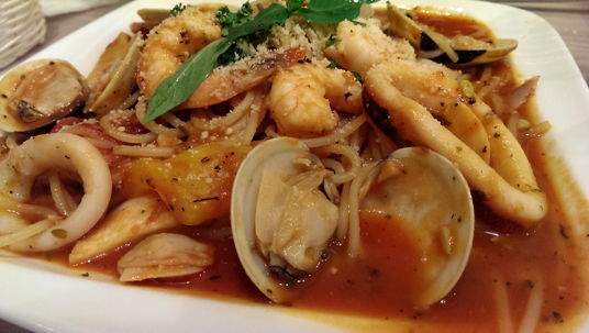 西班牙海賊麵,最讓我印象深刻的就是辣度,好辣阿! 可惜的是,海鮮少了鮮味