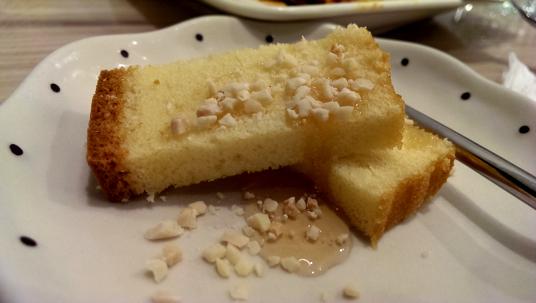 蜂蜜蛋糕上頭還淋上蜂蜜,有點搶為了