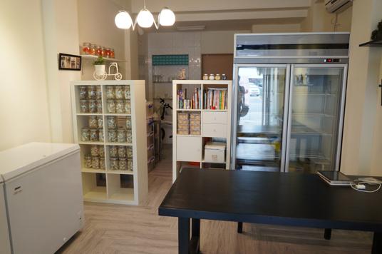店內一景,左邊冰櫃是放法國麵包地方