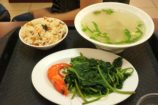 這是套餐,要價一百元,有一碗鮮魚湯、一盤菜和一碗蝦米飯