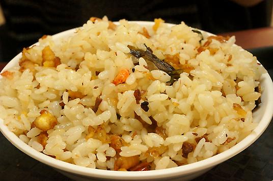 蝦米飯有淡淡的蝦米清香,中間還有些碎蛋,整碗飯吃起來不油膩