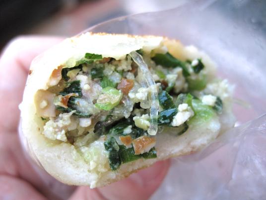 韭菜的內餡就是韭菜盒子那種內餡....煎包皮是薄皮的,較軟,沒咬好內餡彙整個破皮衝出