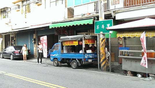 在大社三民路與中山路交叉口附近,有一台發財車,上頭寫的馬祖香酥蔥油餅,下午二點開始營業,生意不錯..