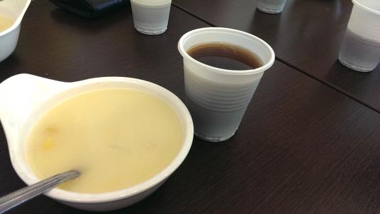 玉米濃湯與紅茶,二項都可以無限續用。玉米濃湯有濃濃的奶油味道,紅茶則有古早味口感