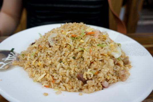 廣州炒飯,其實味道不像正汞廣州炒飯,不過看在價格與份量,ok啦!份量頗夠,一個人吃完會寶