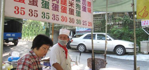 在吃天下隔壁有個小攤位,專賣蔥抓餅,生意也是頗好