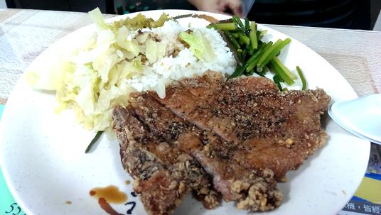 炸排骨飯,白飯有加肉燥湯汁,旁邊有酸菜和二樣配菜。炸排骨都是現炸,頗香且肉質軟嫩